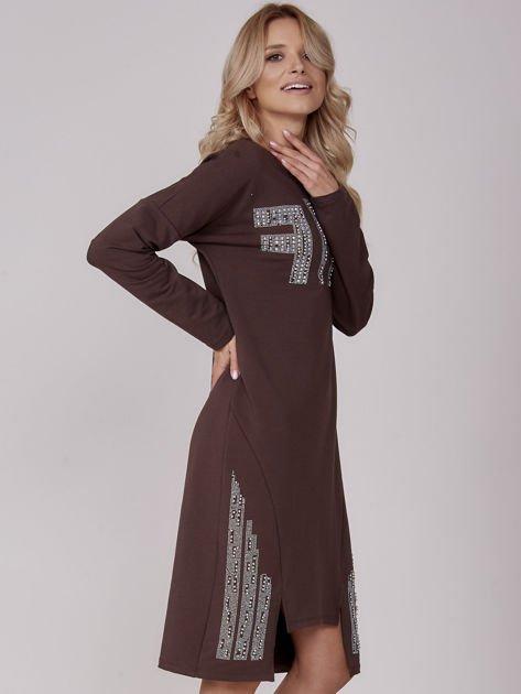 Ciemnobrązowa sukienka z perełkami i dżetami                              zdj.                              2