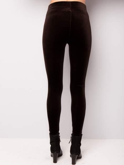Ciemnobrązowe legginsy z weluru                                  zdj.                                  2