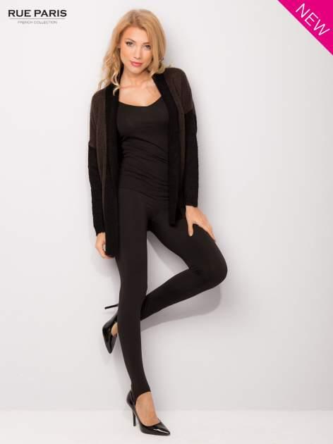 Ciemnobrązowy sweter z kontrastowym pasem i rękawami                                  zdj.                                  1