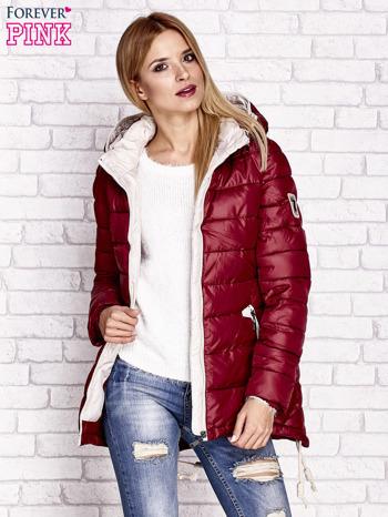 Ciemnoczerwona pikowana kurtka z kontrastowymi suwakami                              zdj.                              6