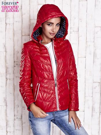 Ciemnoczerwona pikowana kurtka z wykończeniem w groszki                                  zdj.                                  4