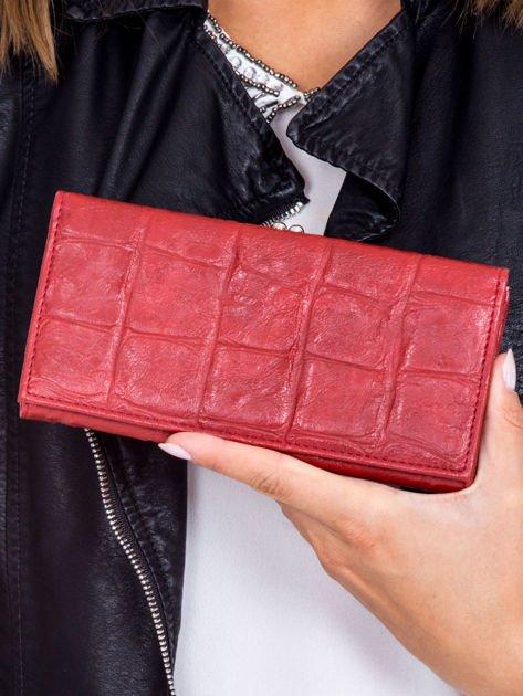Ciemnoczerwony portfel z motywem skóry krokodyla