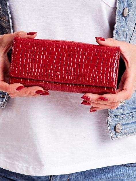 Ciemnoczerwony portfel z tłoczonym motywem skóry krokodyla