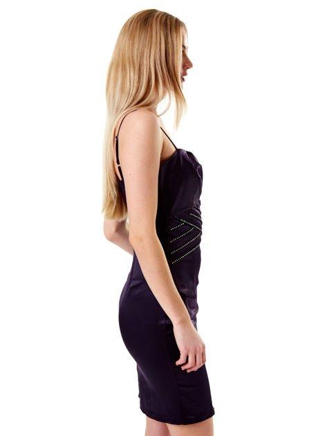 Ciemnofioletowa sukienka z błyszczącą aplikacją                              zdj.                              6