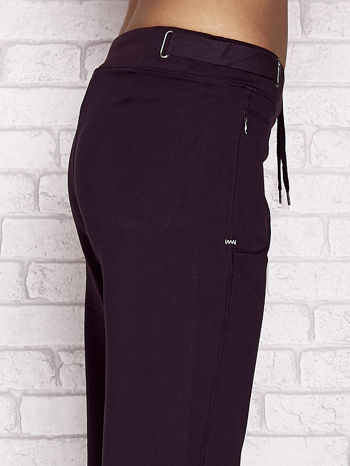 Ciemnofioletowe spodnie dresowe capri z wszytymi kieszeniami                                  zdj.                                  5