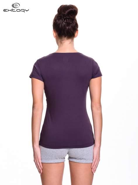 Ciemnofioletowy damski t-shirt sportowy z dekoltem U                                  zdj.                                  4