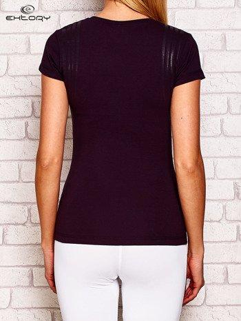 Ciemnofioletowy t-shirt z modelującym nadrukiem
