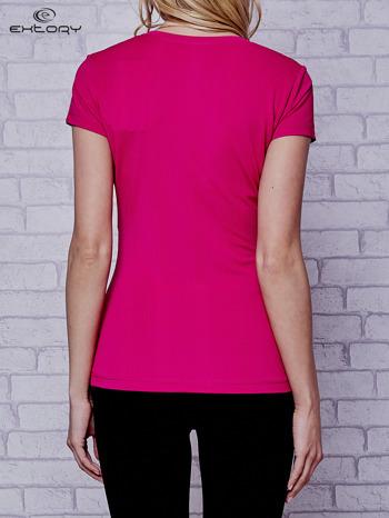Ciemnofuksjowy t-shirt sportowy w pionowy prążek