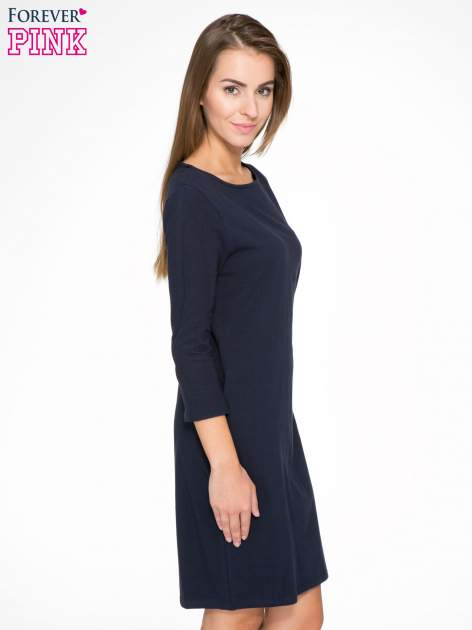 Ciemnogranatowa sukienka oversize z surowym wykończeniem                                  zdj.                                  3