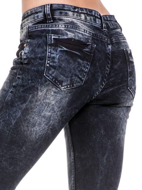 Ciemnogranatowe dekatyzowane spodnie skinny jeans                                  zdj.                                  7