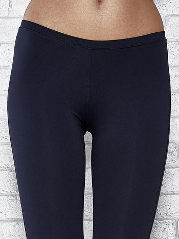 Ciemnogranatowe legginsy sportowe termalne z dżetami na nogawkach                                  zdj.                                  4