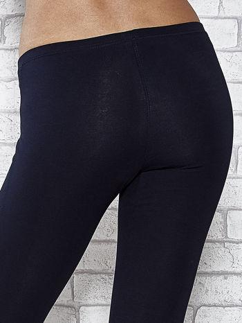 Ciemnogranatowe legginsy sportowe z dżetami i marszczoną nogawką za kolano                                  zdj.                                  7