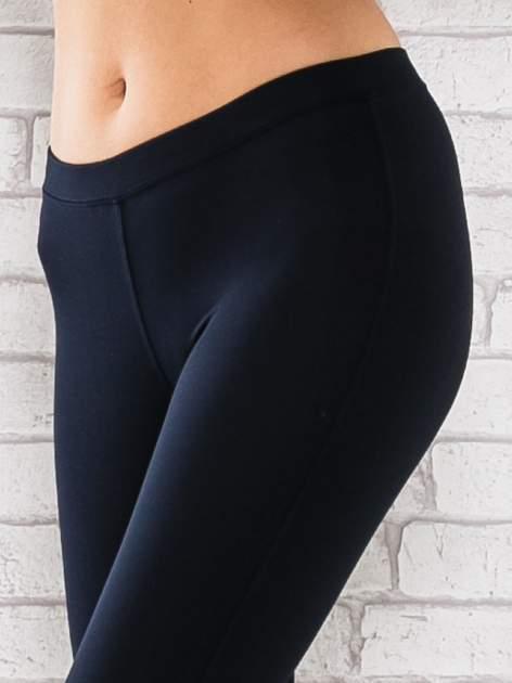 Ciemnogranatowe legginsy sportowe z dżetami na dole nogawki                                  zdj.                                  4