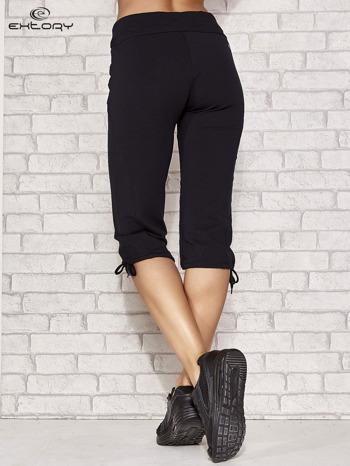 Ciemnogranatowe spodnie dresowe capri z kieszonką                                  zdj.                                  3