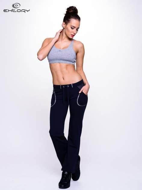 Ciemnogranatowe spodnie dresowe z siateczką                                  zdj.                                  4