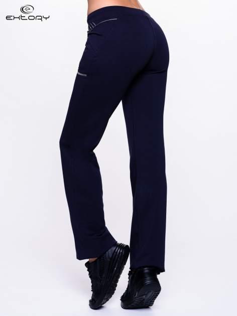 Ciemnogranatowe spodnie dresowe z siateczką                                  zdj.                                  2