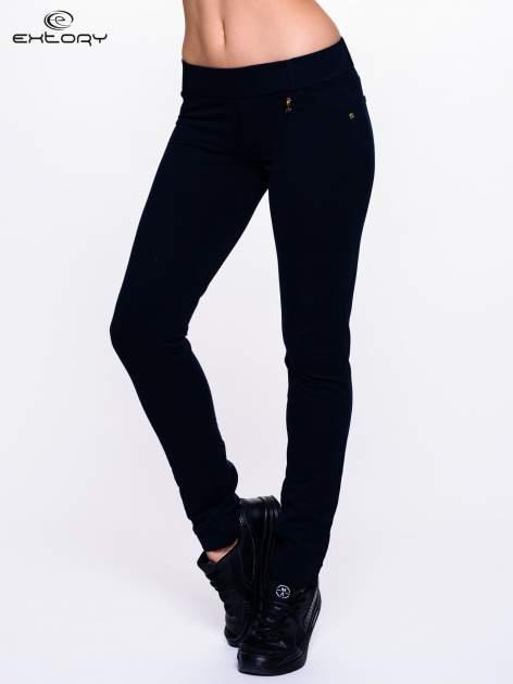 Ciemnogranatowe spodnie dresowe ze złotymi napami                                  zdj.                                  1