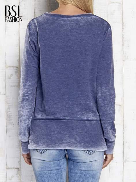 Ciemnoniebieska bluza acid wash z cyfrowym nadrukiem                                  zdj.                                  5