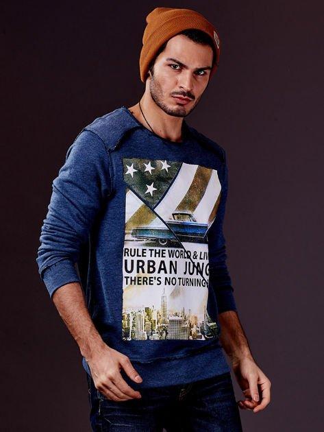 Ciemnoniebieska bluza męska z nadrukiem i surowym wykończeniem                                  zdj.                                  4