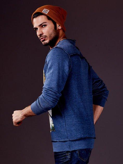 Ciemnoniebieska bluza męska z nadrukiem i surowym wykończeniem                                  zdj.                                  6
