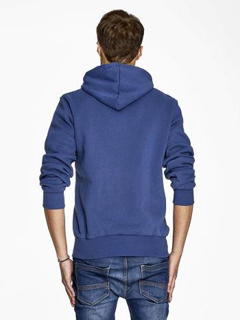 Ciemnoniebieska bluza męska z nowojorskim nadrukiem                                   zdj.                                  2