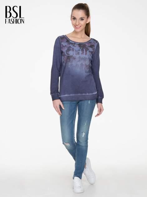 Ciemnoniebieska bluza z efektem cieniowania i napisem CHIC                                  zdj.                                  2