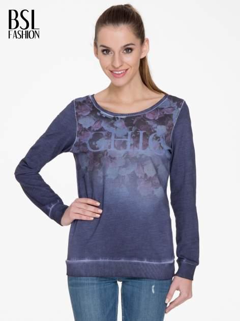Ciemnoniebieska bluza z efektem cieniowania i napisem CHIC                                  zdj.                                  1