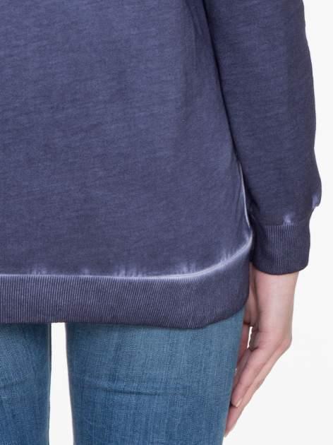 Ciemnoniebieska bluza z efektem cieniowania i napisem CHIC                                  zdj.                                  6