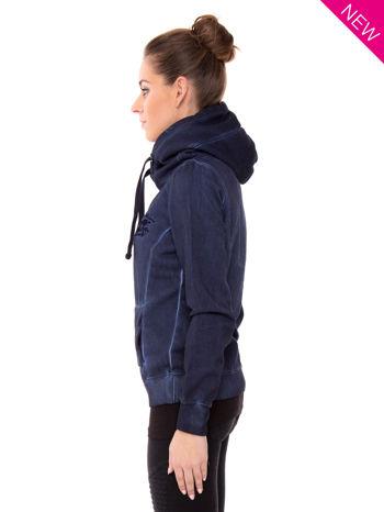 Ciemnoniebieska bluza z kapturem z efektem sprania                                  zdj.                                  3