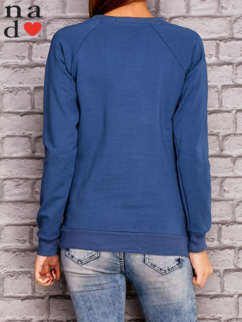 Ciemnoniebieska bluza z napisem CODZIENNIE BUDZĘ SIĘ PIĘKNIEJSZA                              zdj.                              4