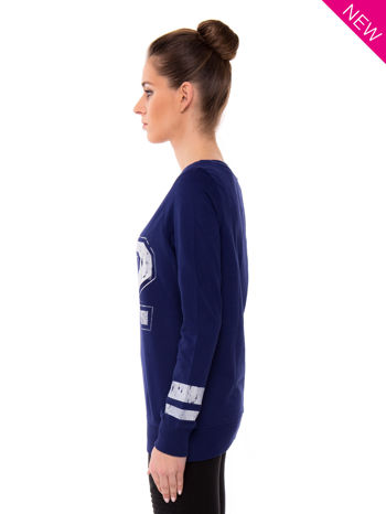 Ciemnoniebieska bluza z numerem w stylu collage                                  zdj.                                  3