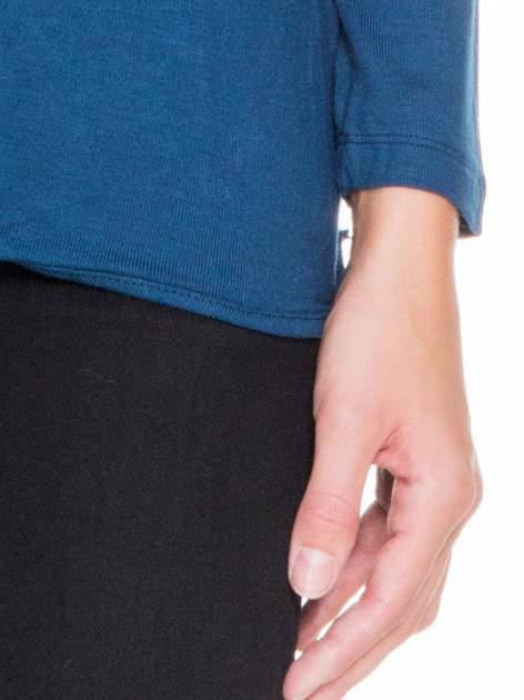 Ciemnoniebieska bluzka z kopertowym dekoltem na plecach                                  zdj.                                  5