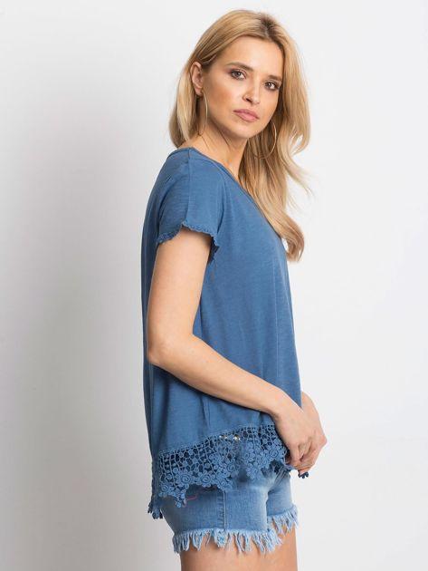Ciemnoniebieska bluzka z koronkowym wykończeniem                              zdj.                              3