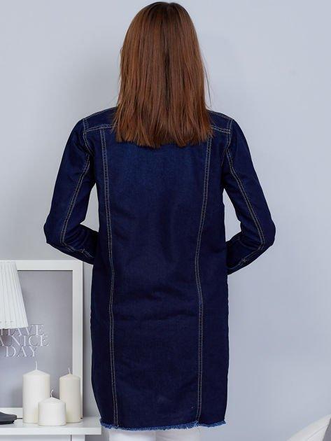 Ciemnoniebieska dłuższa kurtka jeansowa z wystrzępieniem na dole                                  zdj.                                  2