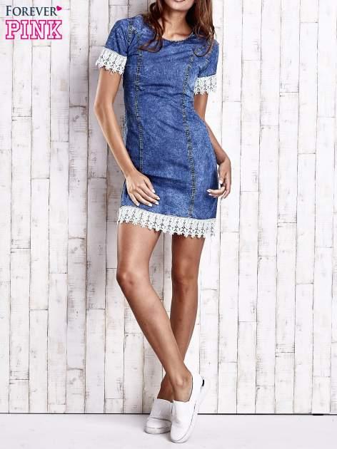 Ciemnoniebieska jeansowa sukienka z koronkowym wykończeniem                                  zdj.                                  7
