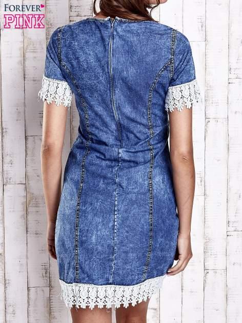 Ciemnoniebieska jeansowa sukienka z koronkowym wykończeniem                                  zdj.                                  4