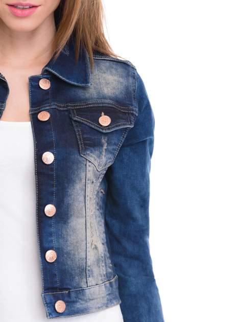 Ciemnoniebieska kurtka jeansowa damska z cieniowaniem i poszarpaniem                                  zdj.                                  5