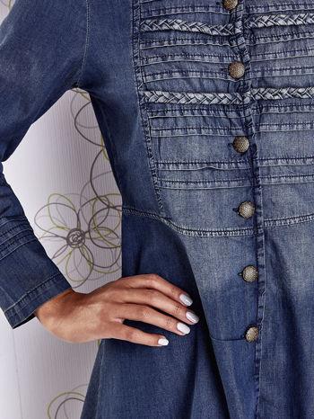 Ciemnoniebieska sukienka jeansowa z plecionymi elementami                                  zdj.                                  7