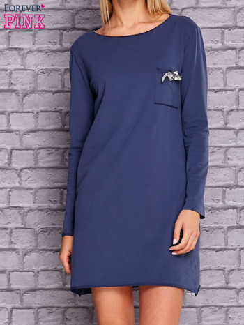 Ciemnoniebieska sukienka z ozdobną przypinką                                  zdj.                                  1
