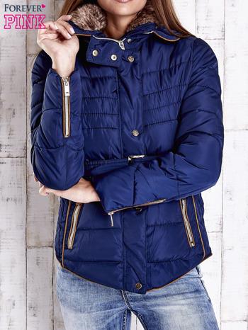 Ciemnoniebieska zimowa kurtka z futrzanym kapturem i paskiem                                  zdj.                                  1