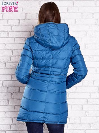Ciemnoniebieski pikowany płaszcz ze złotymi suwakami                                  zdj.                                  2