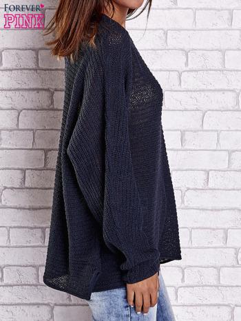 Ciemnoniebieski sweter oversize z rozcięciami po bokach                                  zdj.                                  5