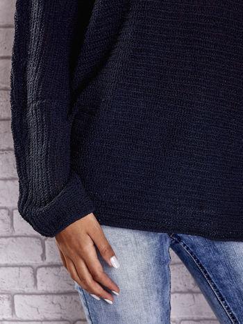 Ciemnoniebieski sweter oversize z rozcięciami po bokach                                  zdj.                                  8