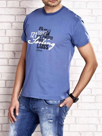 Ciemnoniebieski t-shirt męski z marynarskim motywem i napisem SAILING                                  zdj.                                  3