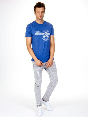 Ciemnoniebieski t-shirt męski z nadrukiem napisów w sportowym stylu                                  zdj.                                  4