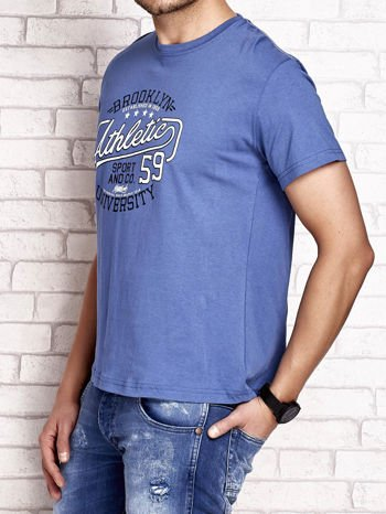 Ciemnoniebieski t-shirt męski z napisem BROOKLYN ATHLETIC UNIVERSITY                                  zdj.                                  4