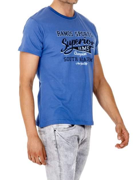 Ciemnoniebieski t-shirt męski ze sportowym nadrukiem i napisem SUPERIOR                                  zdj.                                  4