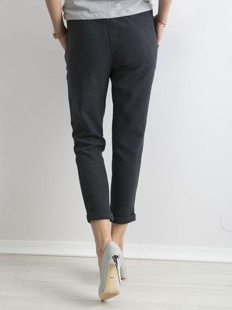 Ciemnoniebieskie dzianinowe spodnie z paskiem                              zdj.                              2