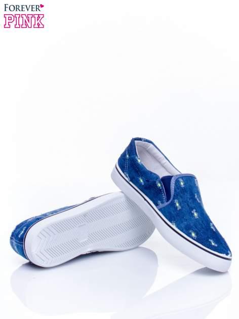 Ciemnoniebieskie jeansowe buty slip on z przetarciami                                  zdj.                                  5