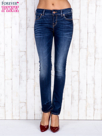 Ciemnoniebieskie jeansowe spodnie slim z przetarciami                                  zdj.                                  1